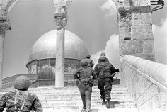 הפריצה של הצנחנים דרך שער האריות אל רחבת מסגד הסלע, מלחמת ששת הימים. 05.06.1967