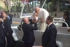 Pais acreditam que beijo do Papa colaborou para melhora milagrosa da filha