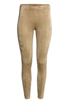 Treggings: Treggings com a frente em camurça sintética e a parte de trás em crepe stretch. Têm cintura elástica, fecho éclair visível num lado e costura a toda a altura das pernas.