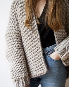 8 patrons pour tricoter un pull oversize Cardigan Wooly Young Thing – Wool and the Gang Knit Cardigan Pattern, Sweater Knitting Patterns, Knitting Designs, Knitting Socks, Crochet Pattern, Big Knits, Garter Stitch, Knit Jacket, Pullover