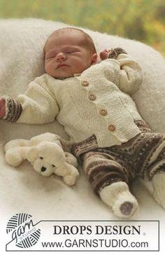 Das Set umfasst: Gestrickte Jacke, Hose und Socken für Babys und Kinder in DROPS Fabel oder DROPS Flora