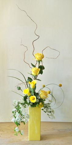 curve floral arrangement with roses & lily in yellow Contemporary Flower Arrangements, Creative Flower Arrangements, White Flower Arrangements, Ikebana Flower Arrangement, Floral Centerpieces, Flower Vases, Cactus Flower, Deco Floral, Arte Floral