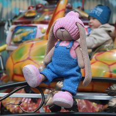 Вязаные зайки  @isaeva_toys Пока детишки радо...Instagram photo | Websta (Webstagram) Crochet For Kids, Crochet Toys, Knit Crochet, Bunny And Bear, Teddy Bear, Crochet Rabbit, Bunny Outfit, Amigurumi Toys, Cute Dolls