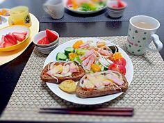 4月6日の朝食。 チョイ寝坊。盛り付け雑~(^-^;  八ヶ岳旅行土産のトマトソースで♪ - 18件のもぐもぐ - 新玉ねぎとハムのトマトソース オープンサンド 新玉ねぎとレタス オレンジのサラダ アンパンマンポテト イチゴ by rinkojooj0214