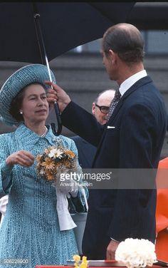 Foto di attualità : Prince Philip, Duke of Edinburgh hold an umbrella...