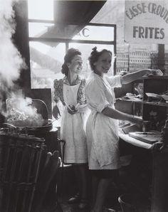 Willy Ronis - Marchands de frites, rue Rambuteau, Paris, 1946