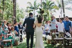 saída noivos / look de costas dos noivos.   #duemai #bridedress #bride #morningwedding #wedding #offwhite #groom   (Fotografia: Diogo Perez)