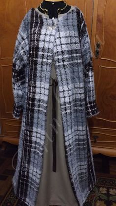 Casaco inspirado nos casacos vikings de manga longa em lã xadrez com forro de algodão preto.