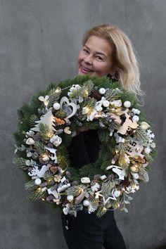 wianek bożonarodzeniowy z pracowni tendom. Christmas Flower Decorations, Christmas Floral Arrangements, Christmas Greenery, Beautiful Christmas Trees, Christmas Candle, Christmas Centerpieces, Christmas Colors, Holiday Wreaths, Christmas Crafts