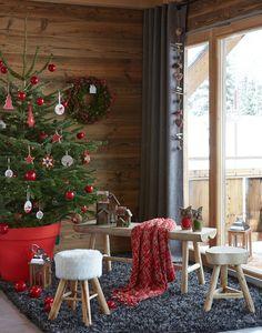 Un sapin de Noël avec un rouge éclatant / Aurélie Jeannette