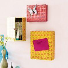 So sind Sonnenbrille, Autoschlüssel oder Handcreme hübsch im Flur deponiert: Schachteln mit Klappdeckel lassen sich, mit Geschenkpapier beklebt, zu dekorativen Schränkchen arrangieren. Mit je zwei Schrauben und Dübeln an der Wand im Flur fixieren.
