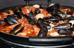 """Zuppa di crostacei alle mandorle - Questa zuppa di pesce è ispirata alla """"zarzuela"""", la classica ricetta catalana preparata con crostacei e pesce pregiato"""