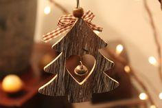 Doux décembre, les chansons de Noël au centre d'achat et les maisons illuminées de décorations et de lumières, joie dans nos cœurs. Les gens sont tellement heureux.     Et il y a moi. Je ne sais pas trop quoi penser. Est-ce que j'ai vraiment le goût de faire un sapin de Noël? Cet arbre qui, habituellement, se trouve au centre du salon, endroit dit  « familial » est tellement vide. J'avoue que j'ai un grand salon mais j'aimerais ne pas savoir où et comment j'installerais ce conifère…