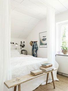 Zien wij nu de klassieke Thonet stoel achterin de kamer? #thonet #klassiek #slaapkamer www.gewoonstijl.nl