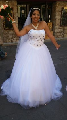 Robe de mariée princesse, aux plusieurs couches de tulles, buste en pointe en dentelle rebrodée de strass rectangulaires. Robe de mariée commandée à la boutique de créations personnalisées de robes de mariées à Cannes Mariage en Rose.