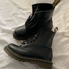 Doc Martens have been in style for almost 60 years, discover what made them so popular. We also discuss how to wear them in style! Dr. Martens, Doc Martens Stiefel, Botas Dr Martens, White Doc Martens, Doc Martens Women, Dr Martens 1460, Dr Shoes, Cute Shoes, Me Too Shoes