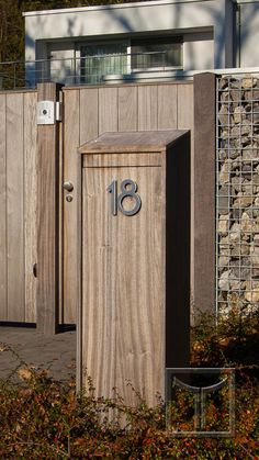 Brievenbus in de avondzon. Diy Mailbox, Modern Mailbox, Front Yard Design, Post Box, Curb Appeal, Interior And Exterior, Tall Cabinet Storage, Letter Boxes, House Design