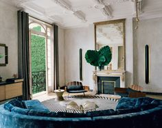 A sophisticated modern living room in an ornate Parisian apartment on - Minimal Interior Design Interior Design Minimalist, Interior Modern, Best Interior, Interior Architecture, American Interior, Luxury Interior, Room Interior, Luxury Decor, Apartment Interior