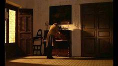 El espíritu de la colmena. Film español de Víctor Erice. 1973. se aprecian la sobriedad en el uso de la luz natural que proviene de una ventana abierta en el lateral. El ambiente participa en general de la intención intimista que se practicó en los retratos y los cuadros de costumbres del barroco holandés.