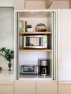 While Lauren Cunningham describes her chic neutral kitchen as warm modern Neutral Kitchen, Ideas Para Organizar, Wood Floating Shelves, Küchen Design, Booth Design, Plank Flooring, Marble Countertops, Effortless Chic, Home Kitchens