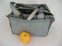 Lunch Bag ou Lancheira térmica feita tecido 100% algodão e forrada com tecido térmico. Tem compartimento frontal e seu fechamento com zíper.  Mede aproximadamente 22cm de largura, 14cm de altura e 18cm de profundidade. R$ 69,00