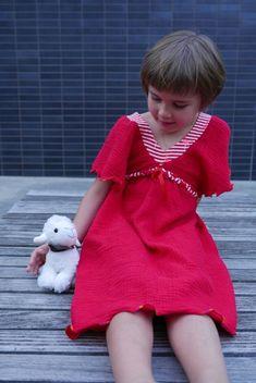 Morgen steht wieder ein heisser Tag an.. da kann man ein luftiges Musseline-Kleid gebrauchen! Hier habe ich die feuerwehrrote Musseline mit dem Flamingo-Jersey kombiniert, das Rot hat genau den selben Ton! Durch die Kombi von Webware und Jersey hat man genügend Bewegungsfreiheit - und der Schnitt ist anyway sehr luftig!  Vernäht wurde: - Musseline uni - feuerwehrrot, Artikel-Nr.  30-0162  - Flamingo Jersey Stripes rot, Artikel-Nr. 30-0215  - Schnittmuster Empirekleid aus Burda Style 2013/04…