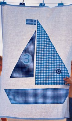 Drap en lin ancien appliqué de vichy bleu en forme de bateau