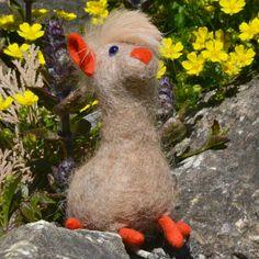Beim Sommer-Sonnenbad- kleines handgefertigtes #Alpaka aus brauner Alpakawolle.