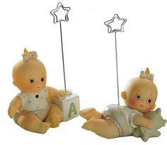 Detalles para bautizo. Clip portafotos o portanotas niña con juguetitos. Se entrega con tarjeta personalizada, nombre y fecha del evento. Se sirven los dos modelos surtidos. Medidas: 6,5 cm
