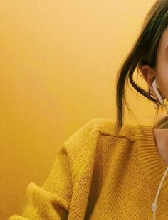 Side picture of a girl in a yellow sweater against a yellow background. Side picture of a girl in a yellow sweater against a yellow background. Aesthetic Colors, Aesthetic Photo, Aesthetic Pictures, Aesthetic Yellow, Music Aesthetic, Aesthetic Girl, Girl Photo Poses, Girl Photography Poses, Yellow Theme