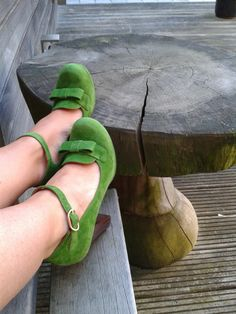 Glorious green Chie Mihara heels Pretty Shoes, Cute Shoes, Me Too Shoes, Blue Suede Shoes, Green Suede, Clover Green, Weekend Style, Retro Chic, Classy And Fabulous