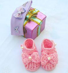 Zapatitos hecho en crochet con hilo de perlé, para bebés de 0 a 3 meses.