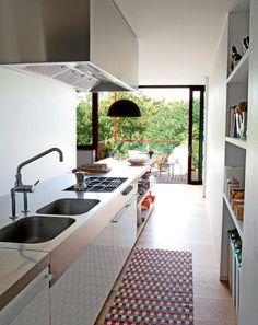 Une cuisine en longueur qui donne sur un balcon