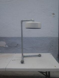 lampara sobremesa reciclaje .cenicero y tubos de presion
