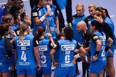 CSM București s-a calificat în premieră în finala Ligii Campionilor la handbal feminin, sâmbătă, după o victorie formidabilă în semifinala cu formația macedoneană Vardar Skopje, scor 27-21 (14-9), la Budapesta, în La arena Papp Laszlo CSM Bucuresti obtine o califcare istorica in finala Ligii Campionilor la handbal feminin dupa o victorie extraordinara in fata echipei din macedonia Vardar, scor 27-21. | Stiri Sportive