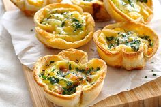 Mini quiches made using sandwich bread! Filled with bacon, cheese and egg mixture. Cute mini quiches made using plain old sandwich bread. Who can possibly resist these? Makes 6 quiches servings). Mini Quiches, Recipetin Eats, Snacks Für Party, Appetizer Party, Tailgate Appetizers, Brunch Appetizers, Easter Appetizers, Tea Sandwiches, Healthy Sandwiches