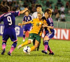 サッカーAFC女子アジアカップ(2014 AFC Women's Asian Cup)グループA、オーストラリア対日本。オーストラリアのカトリーナ・ゴリー(Katrina Gorry、中央)とボールを競る日本の阪口夢穂(Mizuho Sakaguchi、右、2014年5月14日撮影)。(c)AFP ▼15May2014AFP|なでしこジャパン、劣勢跳ね返しオーストラリアとドロー 女子アジア杯 http://www.afpbb.com/articles/-/3014954 #2014_AFC_Womens_Asian_Cup