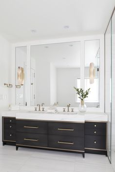 Modern Bathroom Have a nice week everyone! Today we bring you the topic: a modern bathroom. Do you know how to achieve the perfect bathroom decor? Bathroom Renos, Bathroom Interior, Small Bathroom, Bathroom Black, Bathroom Marble, Bathroom Remodeling, Remodeling Ideas, Mirror Bathroom, Dark Cabinets Bathroom