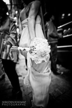mariage-au-mont-saint-michel-sebastien-roignant-au-coin-du-jour-la-mariee-aux-pieds-nus