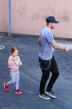 Fashionista: Harper looked adorable in a pair of colourful leggings and a pink Nike crop t...