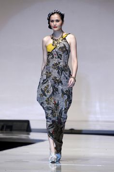 For the World Batik Summit 2011 in Jakarta, Indonesian designer Bi Batik created contemporary-style apparel using batik from Madura, Bantul, and Cirebon, combined with non-traditional fabric and Japanese influence. #batik #BiBatik #Indonesia