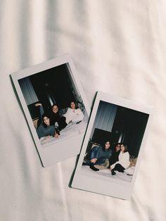 Photo Shooting Tips Polaroid Display, Polaroid Wall, Polaroids, Hipster Bedroom Decor, Polaroid Pictures, Polaroid Ideas, Instax Camera, Teen Decor, Grunge Room