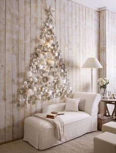 If you are looking for an alternative Christmas tree, or if you do not have enough room for a real tree or if you want an extra Christmas tree for a room, a wall Christmas tree can be a nice choice. Flat Back Christmas Tree, Unusual Christmas Trees, Best Christmas Lights, Wall Christmas Tree, Creative Christmas Trees, Alternative Christmas Tree, Christmas Tree Themes, Noel Christmas, White Christmas