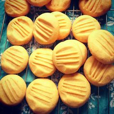 Melt in the mouth vanilla custard biscuits - just like Granny used to make! These cute little golden tinged biscuits may look pretty unassuming but they are absolutely wonderful in their simplicity. Custard Biscuits, Custard Cookies, Biscuit Cookies, Biscuit Recipe, Cake Cookies, Vanilla Biscuits, Cupcakes, Easy Biscuits, Baking Biscuits