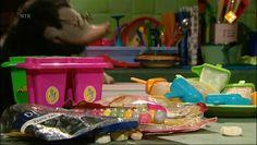 Thema: Voeding. Moffel en Piertje krijgen een lekke band met hun nieuwe ijskar. Piertje loopt terug naar huis om bandenplak te halen, terwijl Moffel op de ijsjes let die in de warme zon staan. Little Chef, School Pictures, Have Fun, Restaurant, Children, Strand, Young Children, Boys