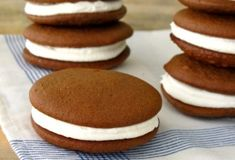 Whoopie pies from a cake mix are fun and easy to make year round. They are soft and creamy at the same time, like a devil dog. Make whoopie pies easy recipe Easy Pie Recipes, Cake Mix Recipes, Baking Recipes, Cookie Recipes, Dessert Recipes, Cake Mix Whoopie Pies, Chocolate Whoopie Pies, Pie Cake, Cake Cookies