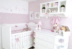 Quarto decorado em tom de rosa sauve. Berço cômoda, nichos compõem o ambiente - by Atelier Rastro de Tinta