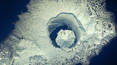 Vista aérea de um vulcão na Ilha Onekotan, na Rússia