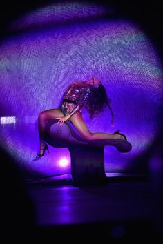 Beyoncé shows off her sexiest dance moves on stage, and this particular number lets her show off her length...