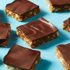 Dates provide all the sweetness you need for these no-bake energy bars. Each square serves up a hearty dose of protein--thanks to peanut butter and peanuts--as well as fiber from rolled oats. Kids will love the chewy bites with crunchy nuts. Peanut Butter Energy Bars Recipe, Peanut Butter Roll, Chocolate Peanut Butter, Chocolate Desserts, Healthy Protein Snacks, Healthy Desserts, Delicious Desserts, Protein Bars, High Protein